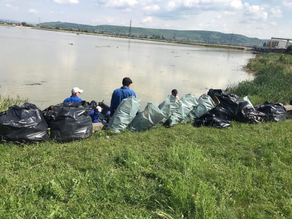 Prundu: tone de GUNOAIE, adunate din lac şi vărsate în saci