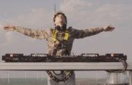 EXPERIENŢĂ în premieră la nivel mondial: Primul DJ care mixează de pe o turbină eoliană, la 100 metri înălţime