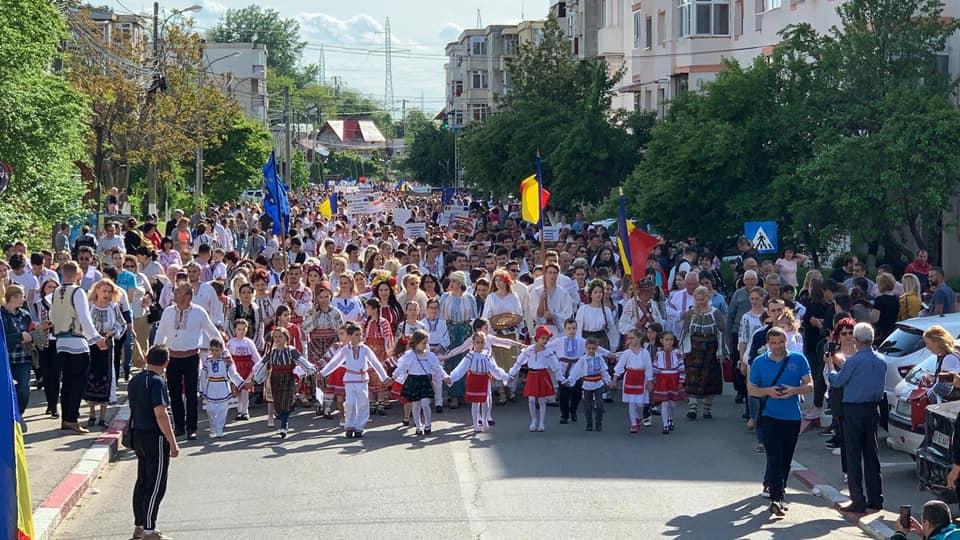 Peste 3.000 de argeşeni, la parada portului popular