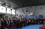 200 de absolvenţi ai Liceul Tehnologic Mioveni au aruncat tocile în aer