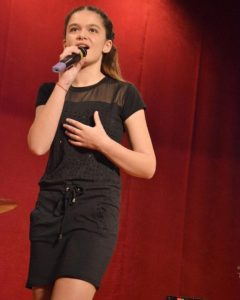 Ştefania Voicu, interpretă din Mioveni: TALENT la 16 ani!