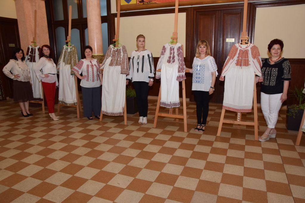 Haină expusă la Pitești, lucrare a trei surori care au murit din cauza unui BLESTEM