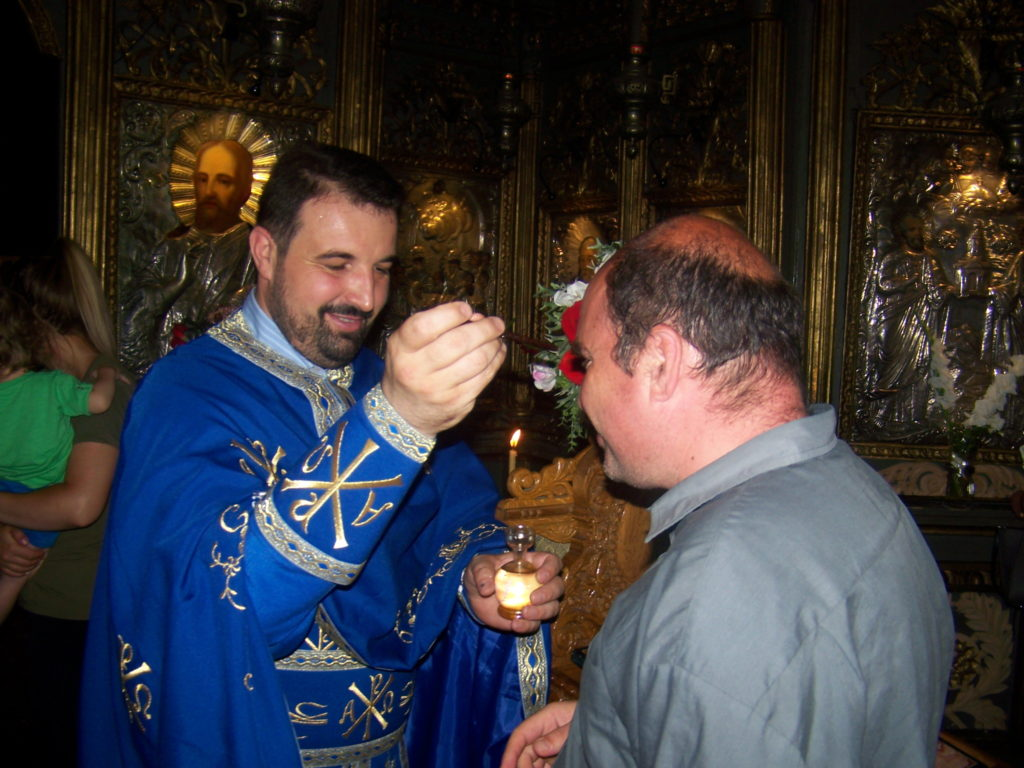 Un preot ortodox şi unul catolic se roagă pentru fratele Remus