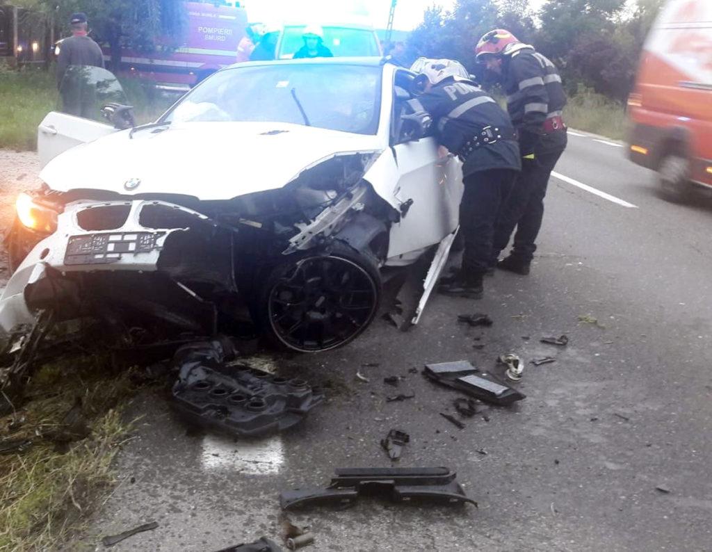 Maşina, avariată serios în partea din faţă