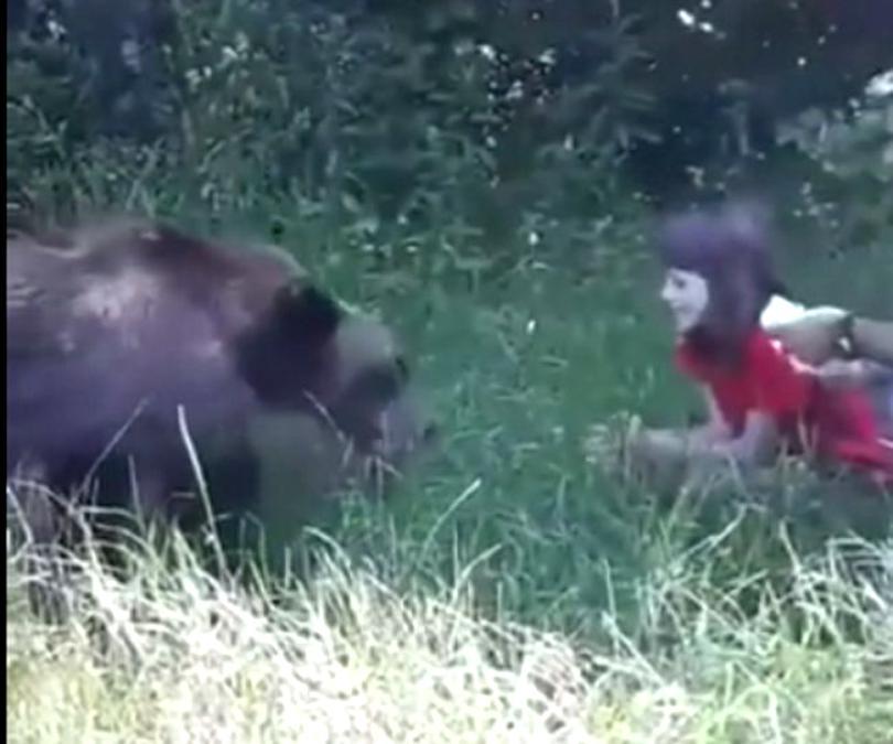 Explicaţia pentru hrănirea ursului: fetiţa avea 10 ani, animalul