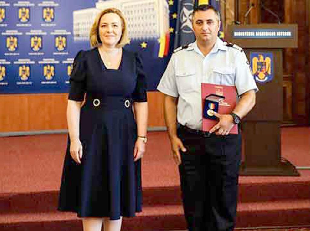 Pompier argeşean premiat de minister
