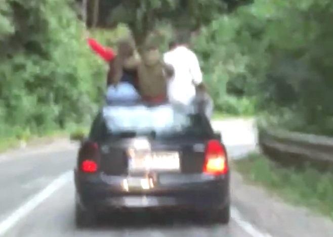 Şoferul şi amicii cocoţaţi pe plafon, GĂSIŢI şi SANCŢIONAŢI!