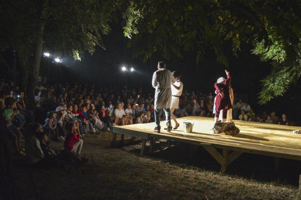Sute de oameni au venit ÎN CURTEA UNUI SĂTEAN din Cornățel pentru... teatru!