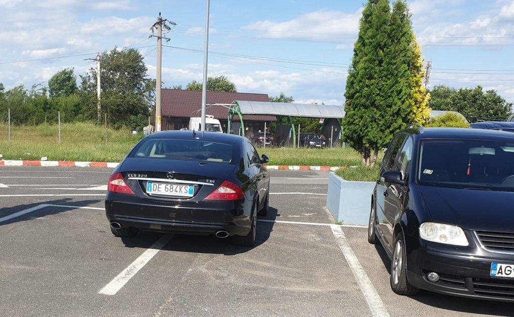 Şi italienii ştiu să parcheze pe două locuri!