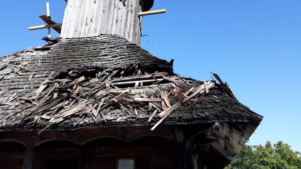 O biserică din Argeş a luat foc!