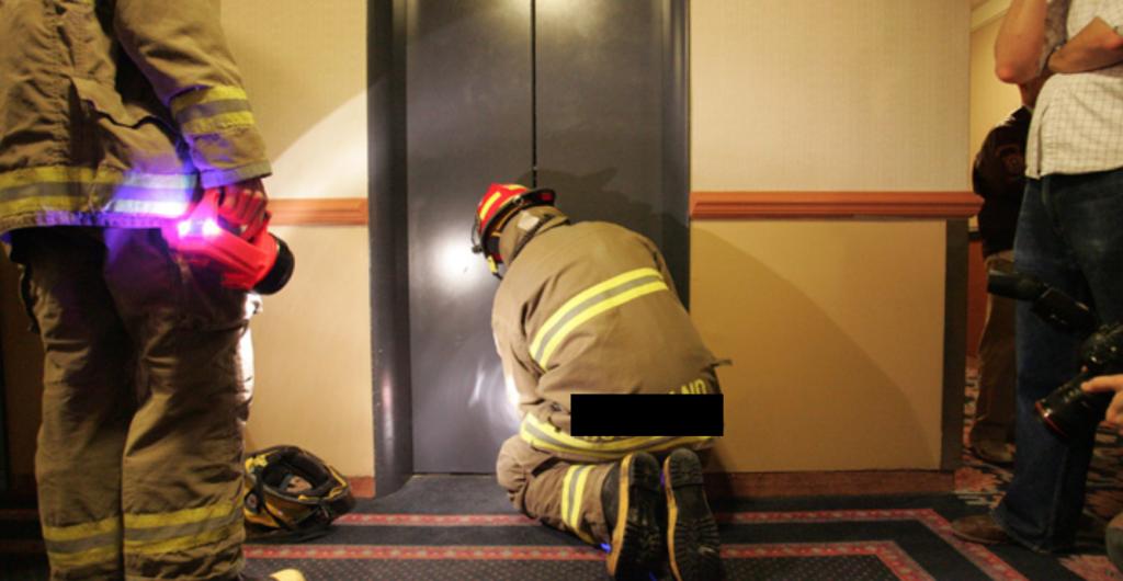 Musafirii au rămas blocaţi în lift!