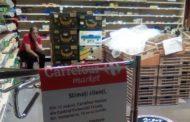 Carrefour deschis la parterul unei scări de bloc. Atât îşi permite