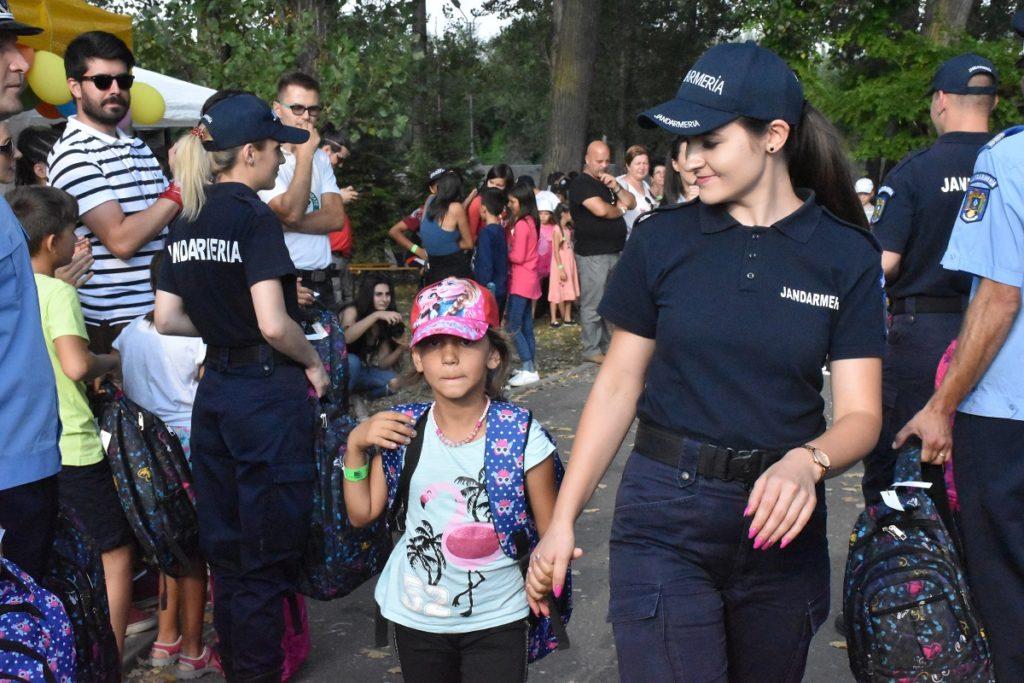 Jandarmii argeșeni au oferit ghiozdane copiilor săraci
