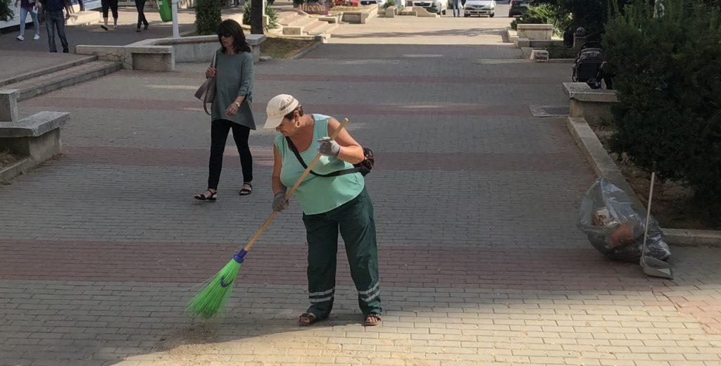 Cea mai experimentată măturătoare din Pitești are 30 de ani de muncă în domeniu!