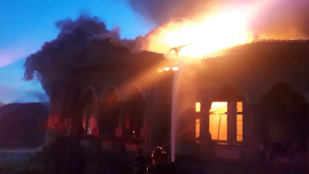 Casă în flăcări la Drăganu