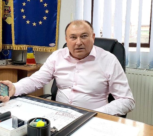Primarul de la Corbeni, SPIONAT în propriul birou!