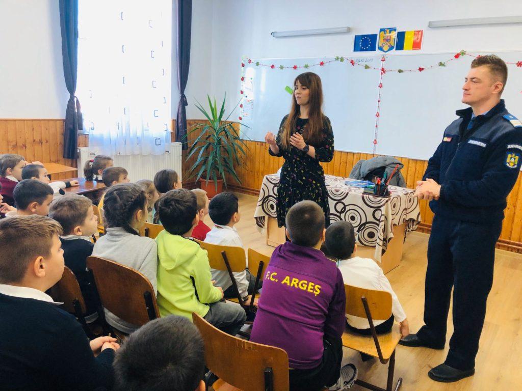 Jandarmii fac prevenire în şcoli