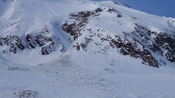 Strat gros de zăpadă pe Transfăgărăşan