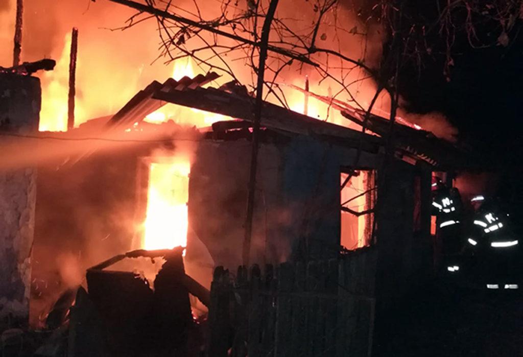 Au luat foc spălătoria și casele de lângă