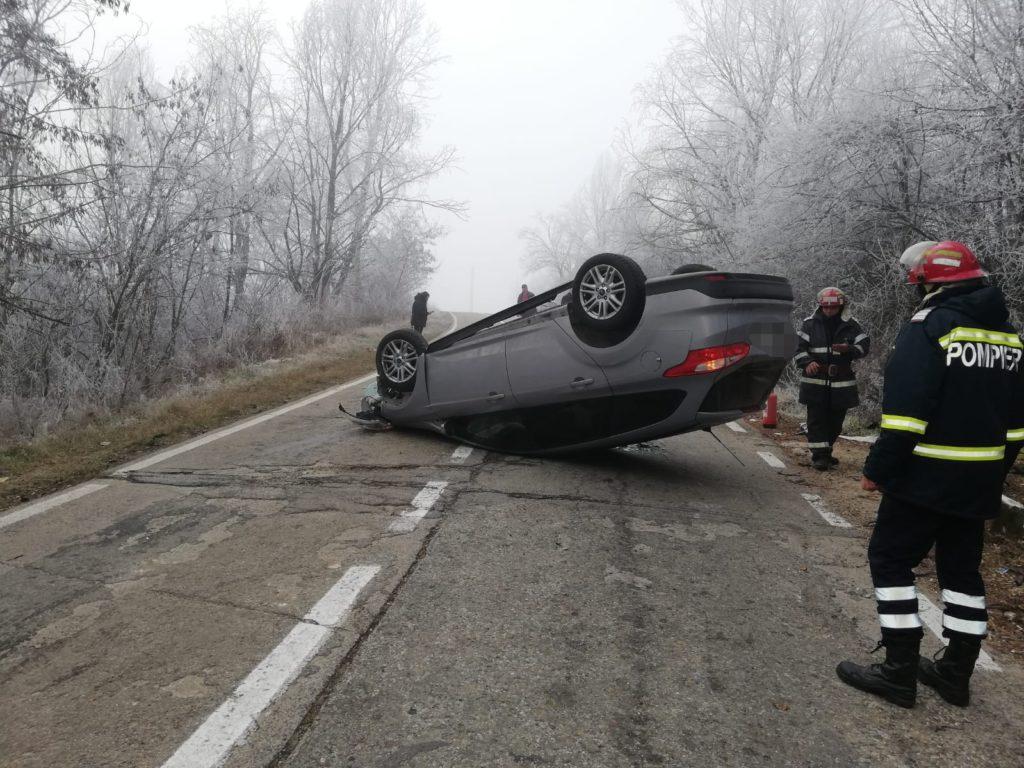 Şoferiţa s-a dat cu maşina peste cap