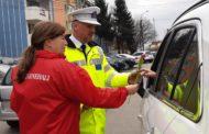 POLIŢIŞTII LOCALI AU DĂRUIT FLORI DE 8 MARTIE