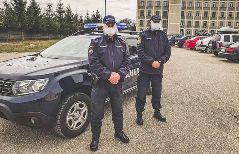 Măşti de protecţie donate jandarmilor şi poliţiştilor argeşeni