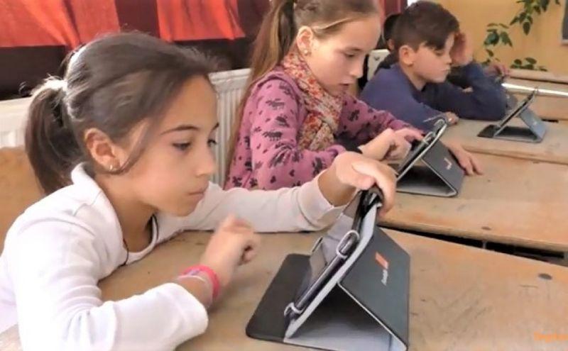Elevii din Vlădești primesc în custodie tabletele de la școală