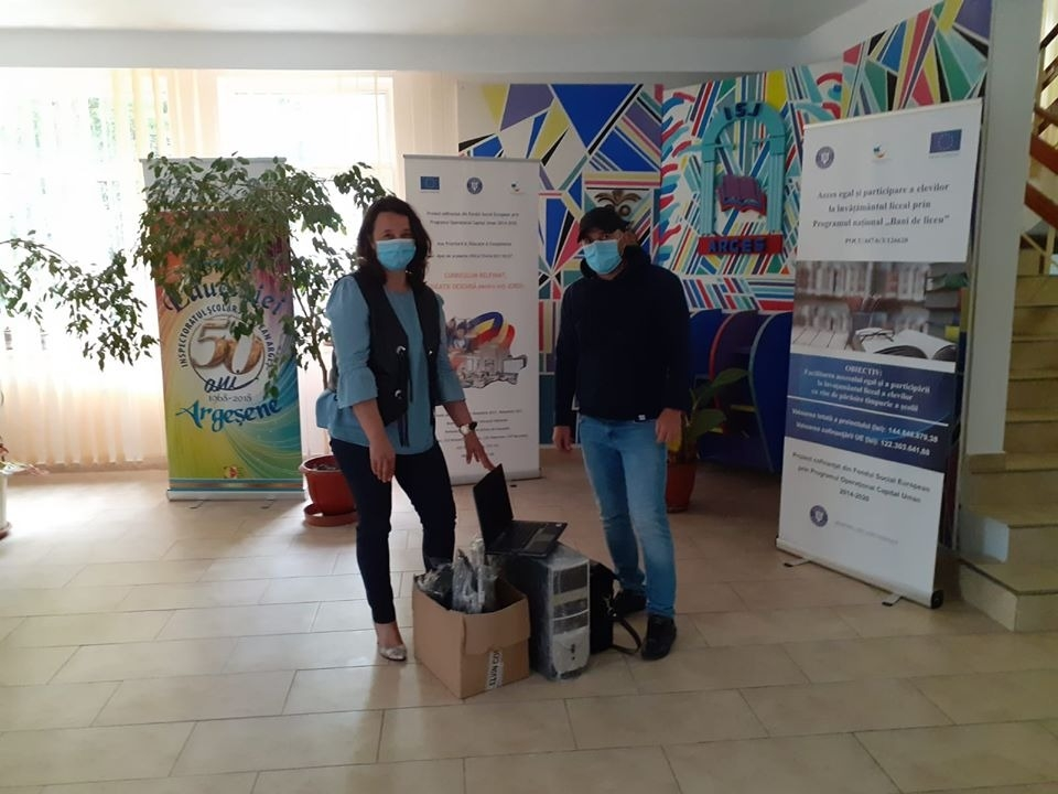 Echipamente IT donate unor elevi sărmani