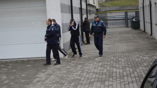 Au dat foc unui balcon şi au fost arestaţi