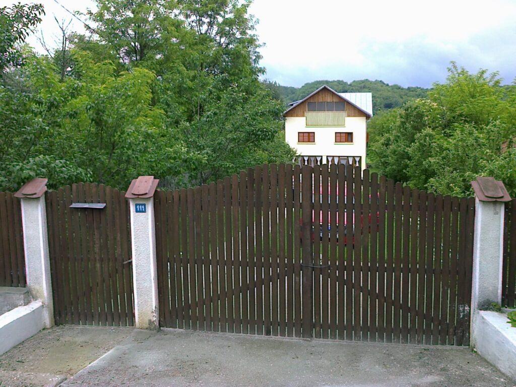 VÂND vilă în comuna Bogaţi - Argeş, P+E+M, 120 mp pe nivel, living, 4 dormitoare, 2 băi, 2 terase închise, în centrul comunei. Finisaje moderne, centrală pe lemne, 2000 mp teren, pomi fructiferi. Preţ 140.000 euro, negociabil. Detalii la telefon 0728767427.