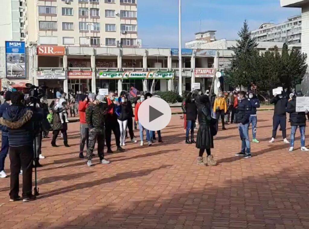 (VIDEO) ZECI DE PROTESTATARI L-AU HUIDUIT PE PREFECT