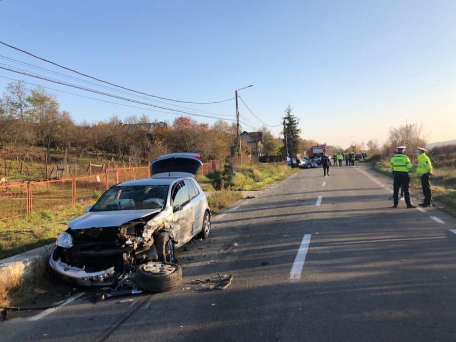 BĂICULEȘTI - SESIZARE ACCIDENT RUTIER ÎNTRE 3 AUTOTURISME, POSIBIL 2 VICTIME