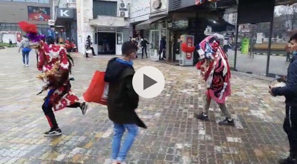 VIDEO: PRIN CENTRU UMBLĂ CAPRA BEATĂ, TRECĂTORII SUNT INDIGNAȚI