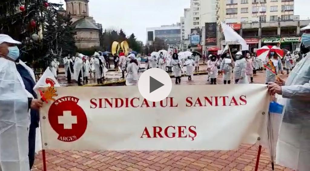 VIDEO | ACUM: CADRE MEDICALE, PROTEST ÎN FAȚA PREFECTURII
