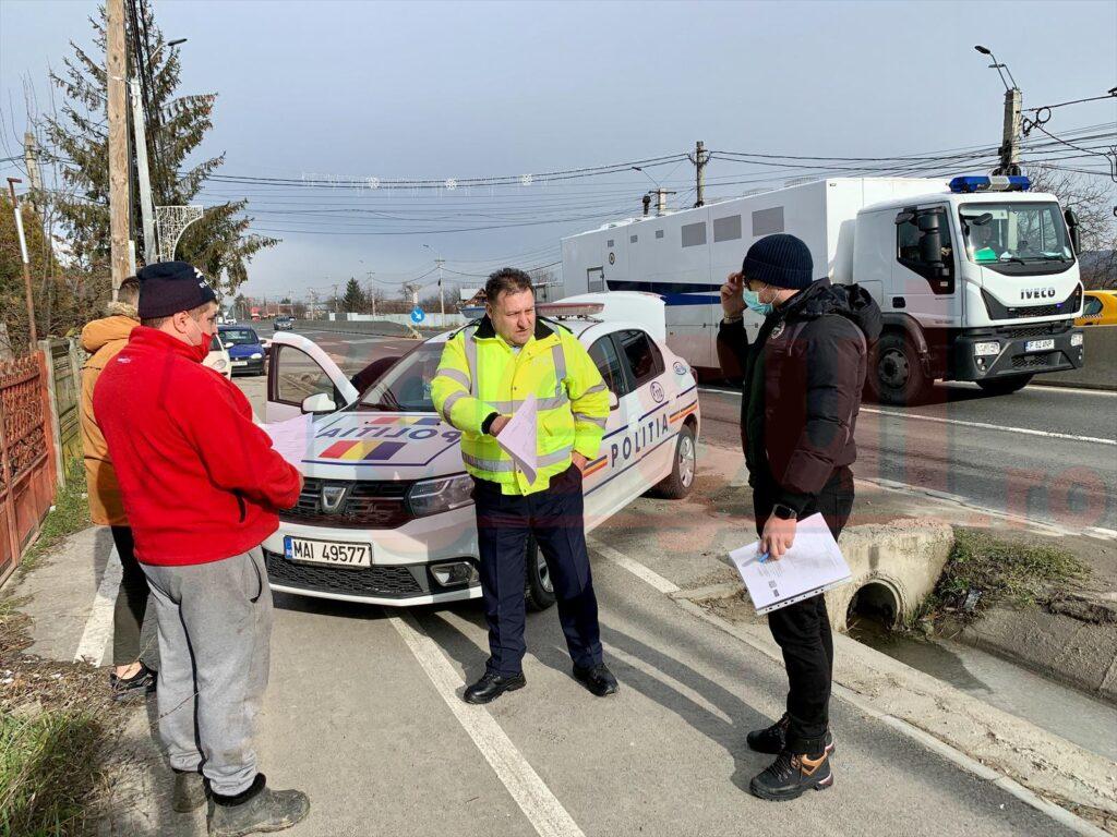 ÎN ARGEȘ, POLIȚISTUL APLICĂ LEGEA FĂRĂ MASCĂ