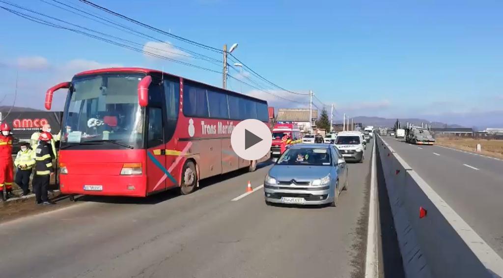 VIDEO | ARGEȘ: UN AUTOBUZ A LUAT FOC, 30 DE PERSOANE EVACUATE