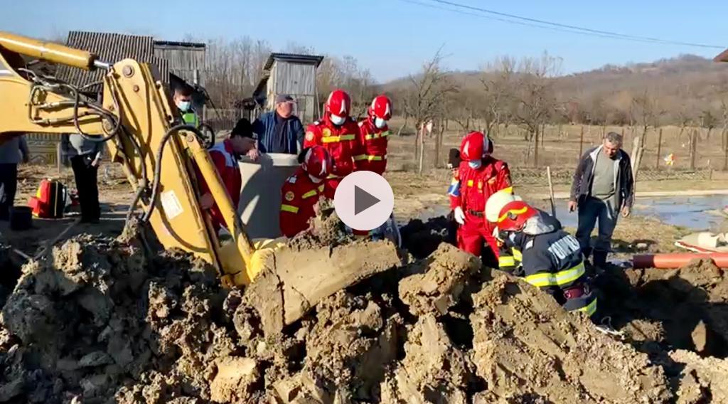 (VIDEO) ACUM! BĂRBAT PRINS SUB UN MAL DE PĂMÂNT