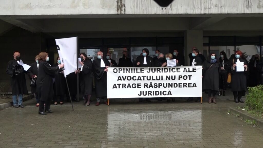 AVOCAȚII DIN ARGEȘ AU PROTESTAT PE SCĂRILE TRIBUNALULUI