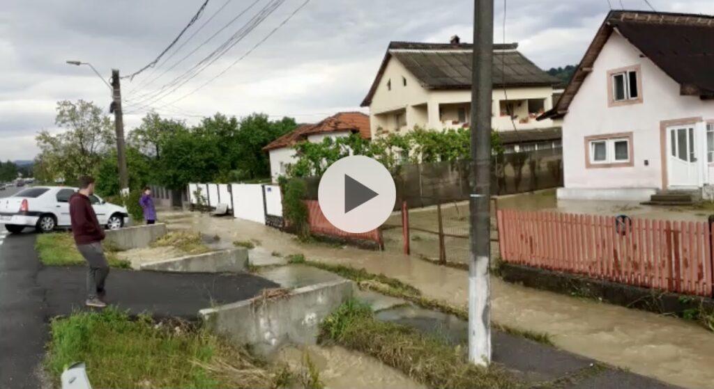 Video: Opt gospodării inundate în Argeș, la Stâlpeni