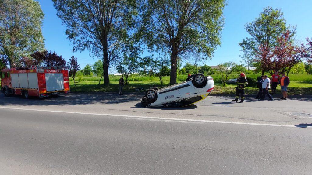 Femeie accidentată pe trecerea de pietoni și taxi răsturnat în Argeș