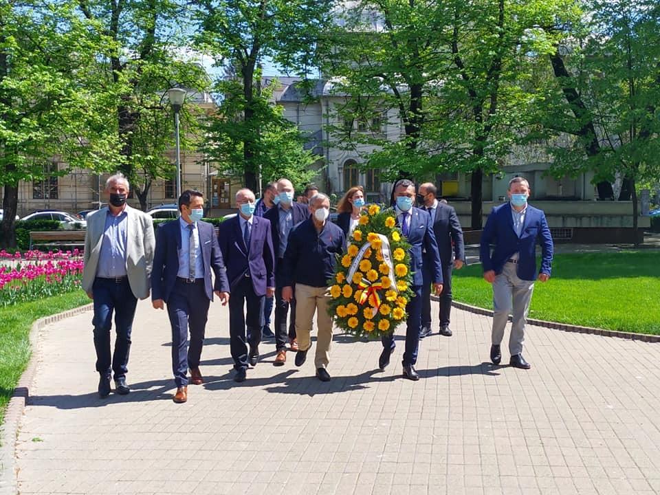 Liberalii argeșeni, flori la statuia lui Ion C. Brătianu
