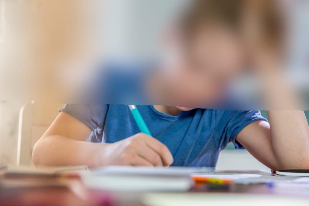 Anumiți elevi vor putea învăţa de acasă