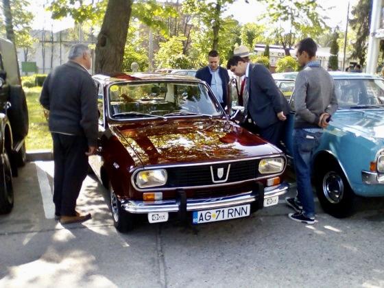 Regal automobilistic în curtea Muzeului Judeţean Argeș