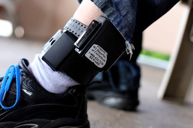 Legea monitorizării agresorilor prin brățări electronice, promulgată