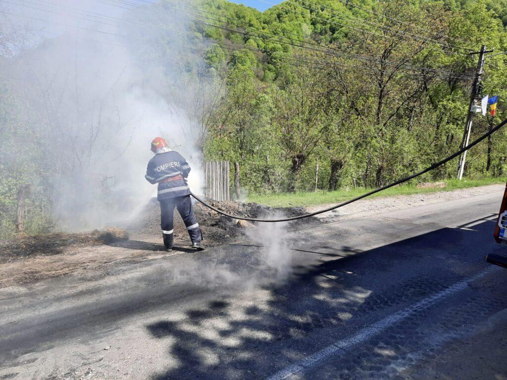 Acum! O căruță a luat foc în Argeș