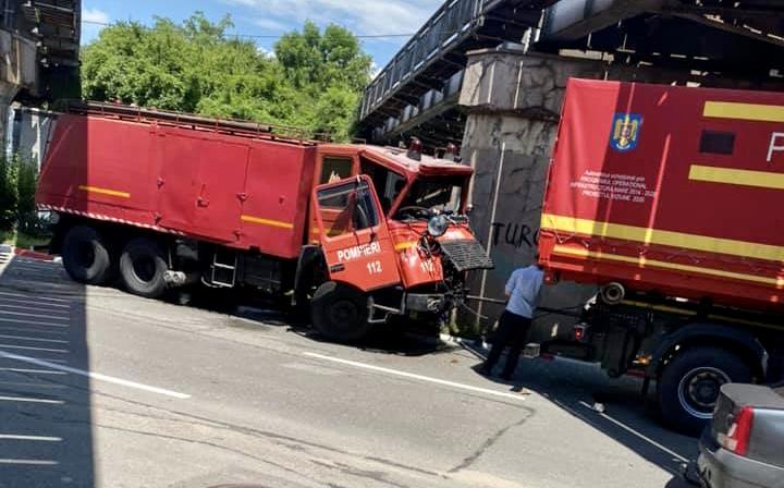 Accident acum în Pitești. Mașini de pompieri implicate