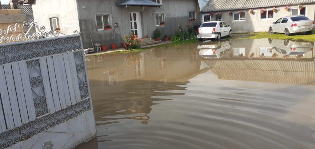 Video: Apa a pătruns și în case la Poiana Lacului