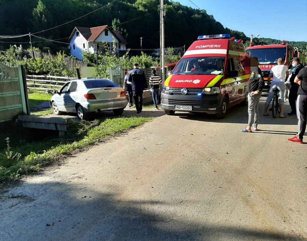 S-a urcat beată la volan și-a intrat în gard la Pitești