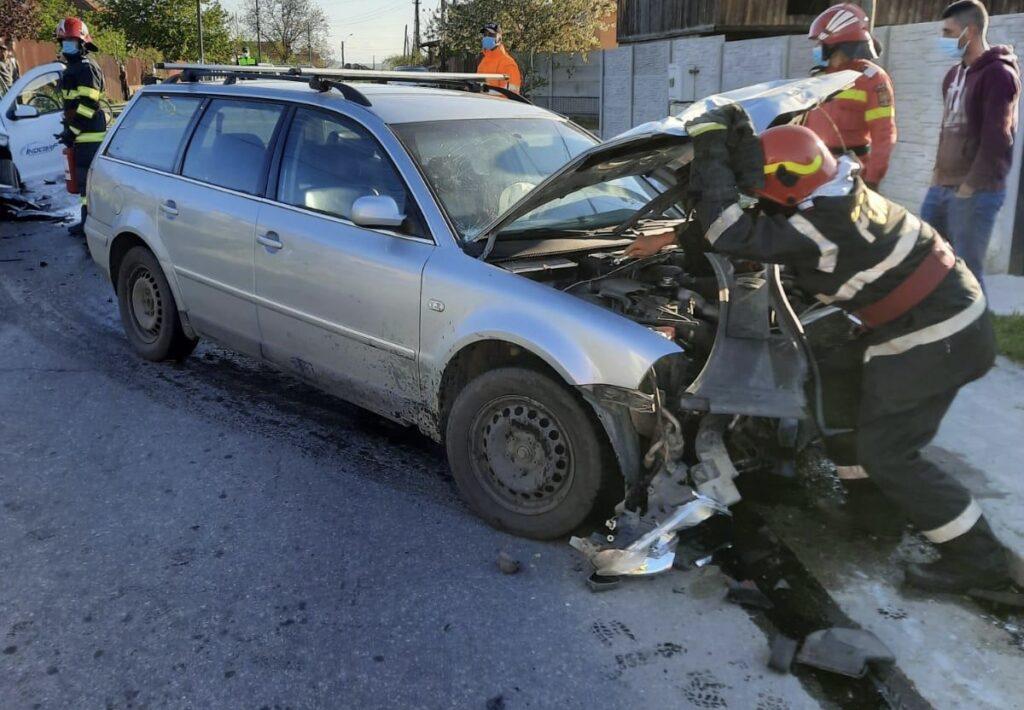 Cinci persoane asistate medical după un accident în Argeș