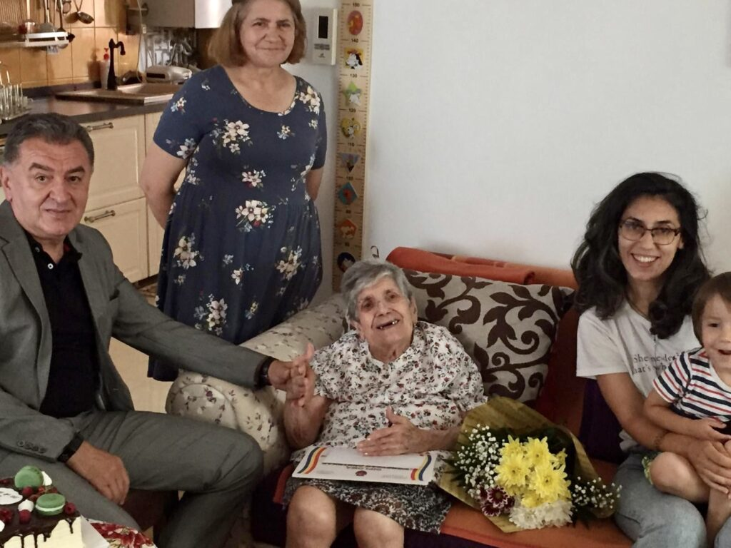 Piteșteancă la 100 de ani, felicitată de primar